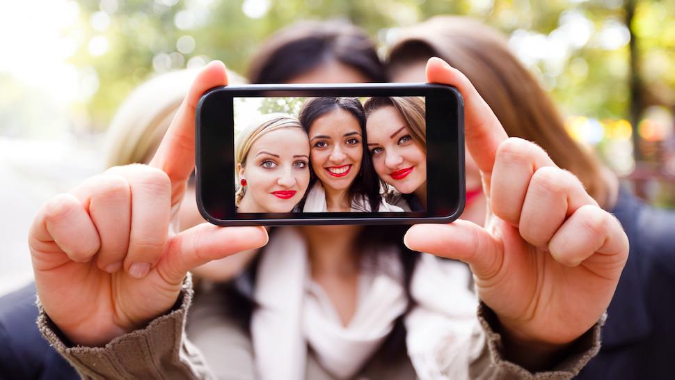 """Es oficial: tomar """"selfies"""" es un trastorno mental"""